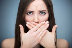 Появление неприятного запаха из-под зубной коронки